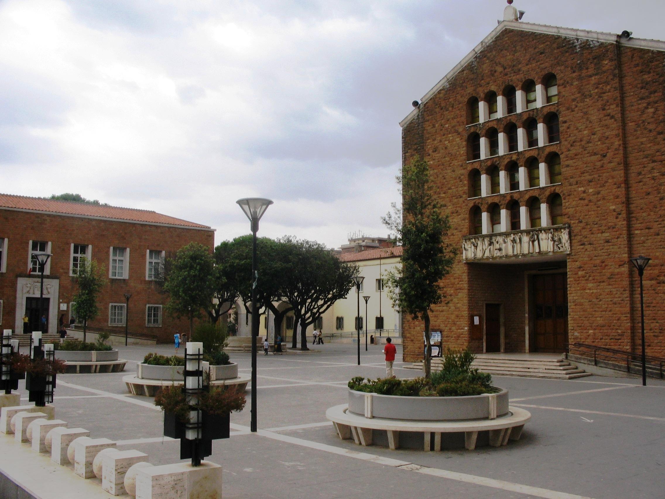 Pomezia_piazza_con_chiesa